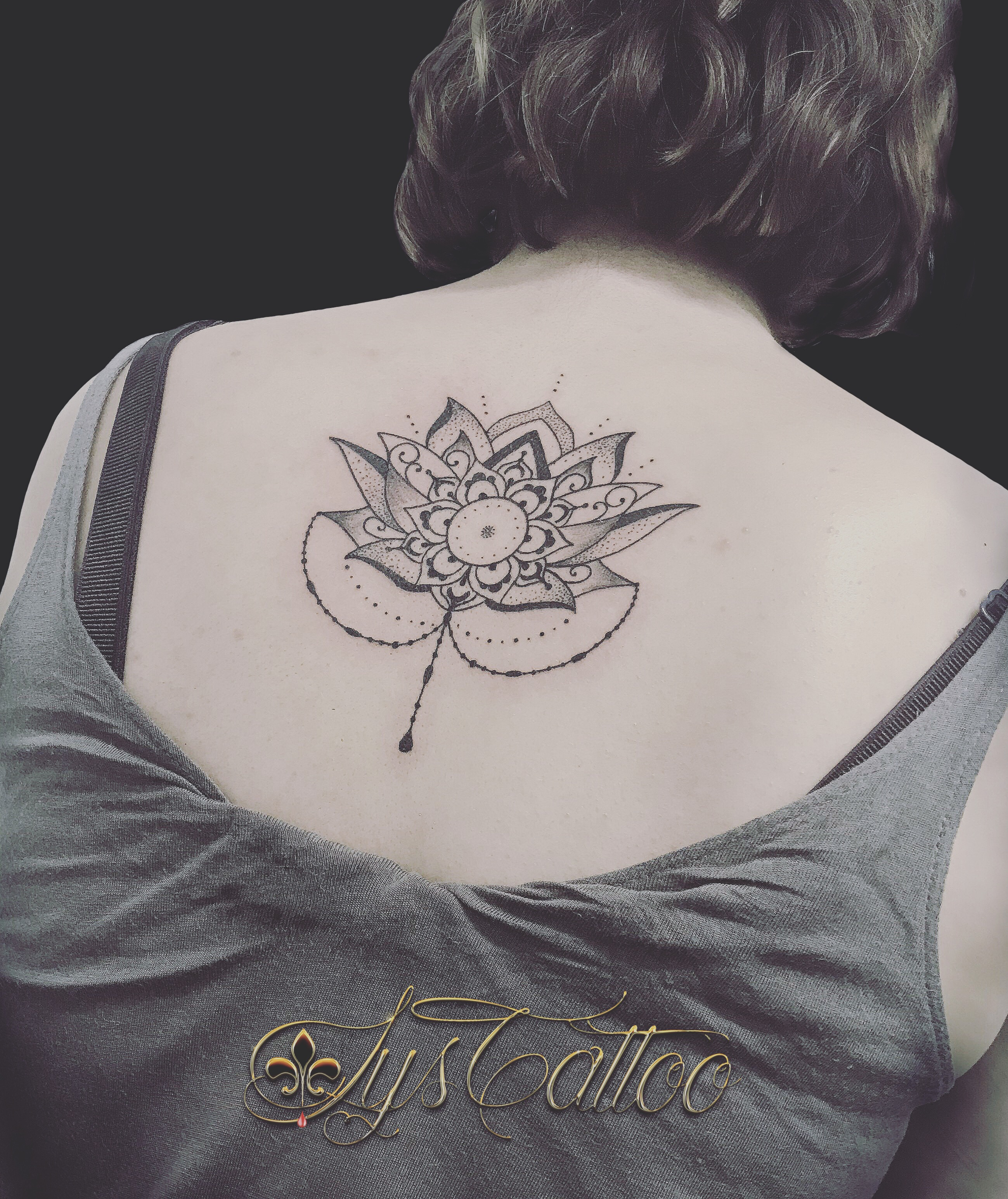 tatouage fleur de lotus dos femme