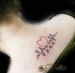 tatouage dos femme bordeaux