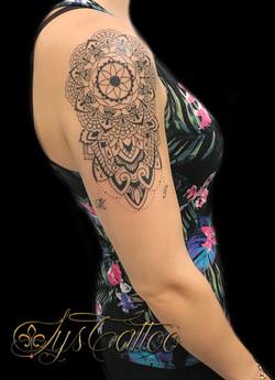 tatouage épaule bras femme, mandala ornemental à Bordeaux