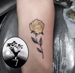 tatouage rose jaune à Bordeaux