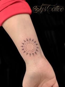 tatouage soleil dotwork à Bordeaux