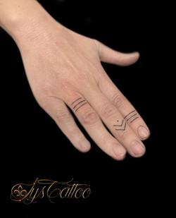 tatouage sur les doigts à Bordeaux