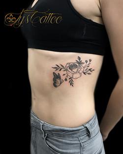 tatouage fleur et papillon