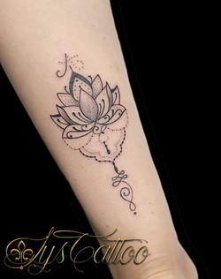 tatouage fleur de lotus Bordeaux