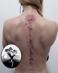 tatouage dans le dos lotus à Bordeaux