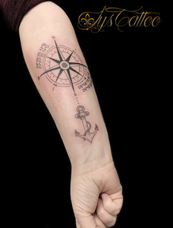 tatouage avant bras boussole rose des vents à Bordeaux