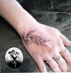 tatouage petit feuillage a Bordeaux
