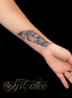 tatouage plume mandala ornementale Bordeaux