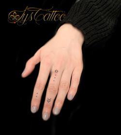 tatouage sur les doigts minimaliste