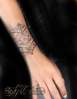 tatouage manchette femme mandala Bordeaux