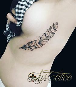 tatouage plume geometrique