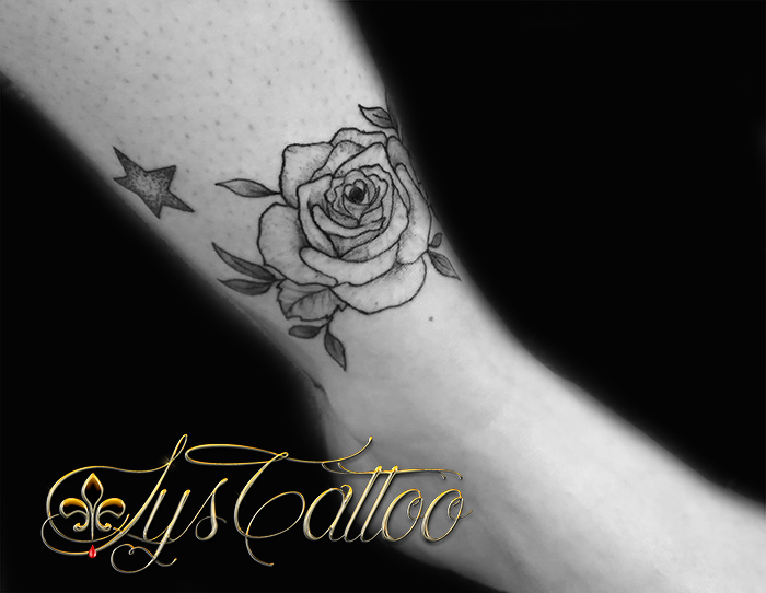 tatouage rose dessus cheville