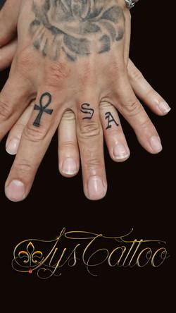 tatouage lettres doigts alliances à Bordeaux
