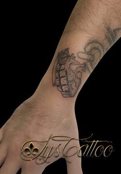 tatouage poignet homme, grenade, Bordeaux