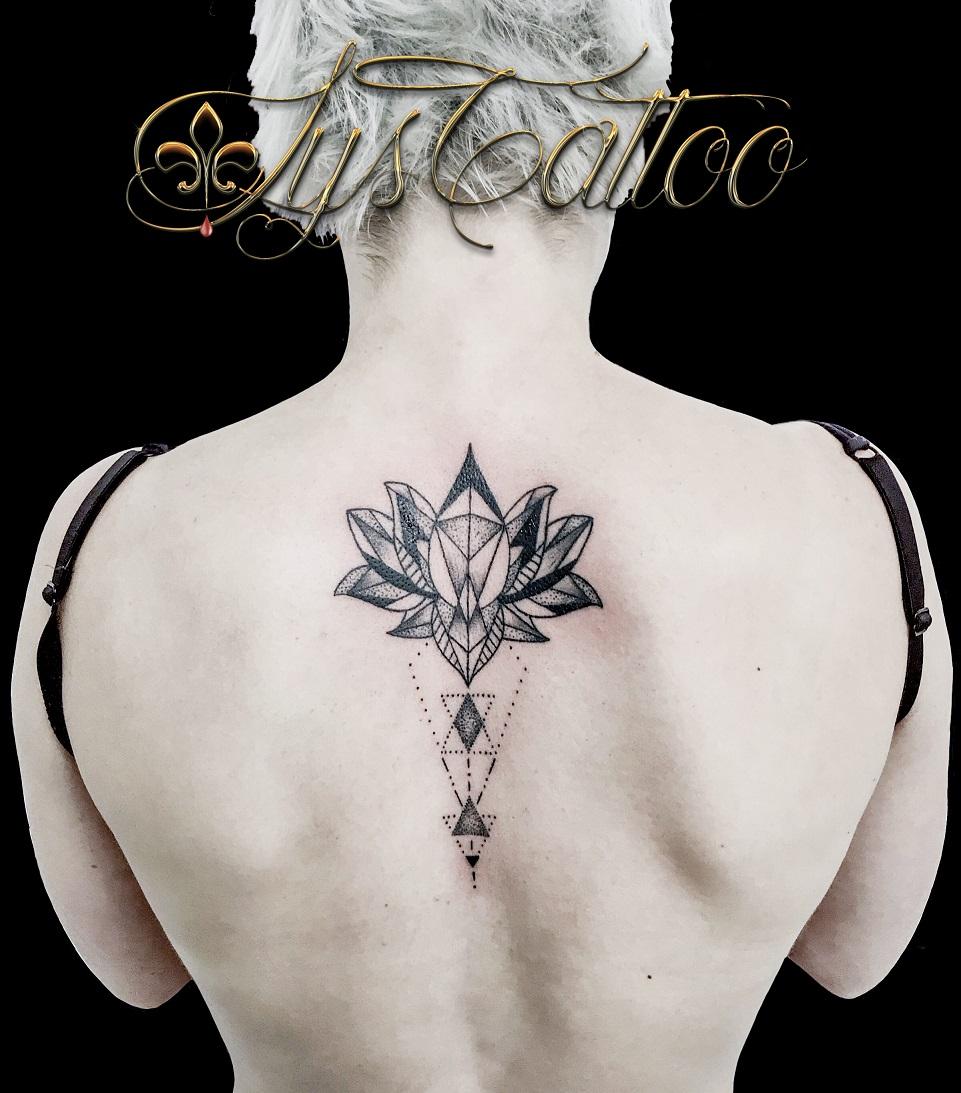 tatouage fleur de lotus geometrique