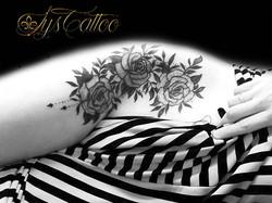 tatouage fleurs bordeaux
