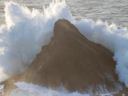 Huge waves batter the Quies