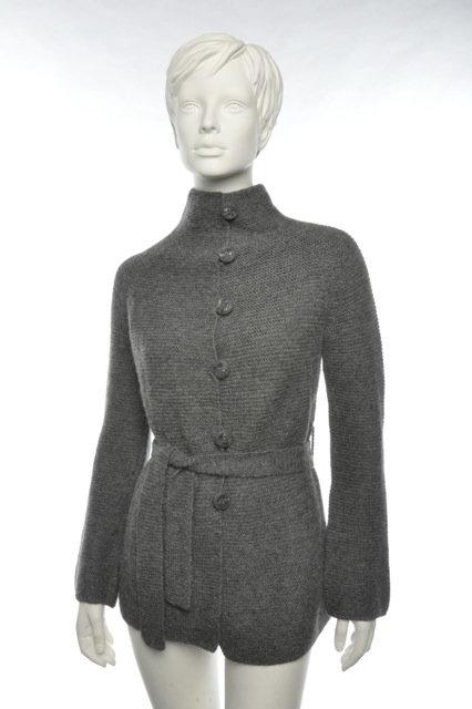 Die elegante Frauenstrickjacke Patty von Alpakita mit anliegenden Kragen, Strickgürtel und überstrichen Knöpfen.