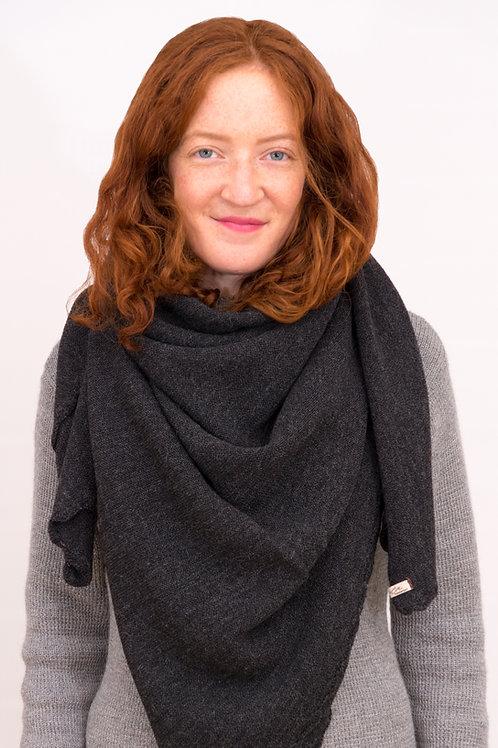 Multifunktionale, kuschlige Cape aus feinster Wolle der Alpakas | Alpakita gestaltet wundervolle Accessoires auch Schals