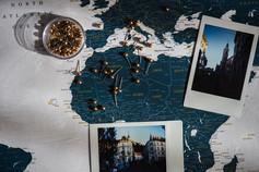 Auksiniai smeigtukai ir prisiminimų nuotraukos