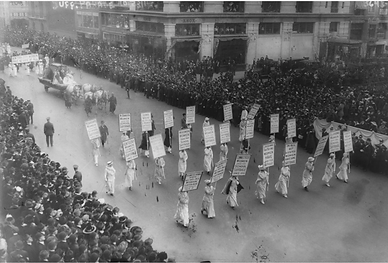 Suffragette march in NYC 1913.png