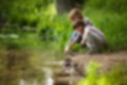 ENFANTS-RIVIERE-REGARDE-EAU-ATELIER.jpg