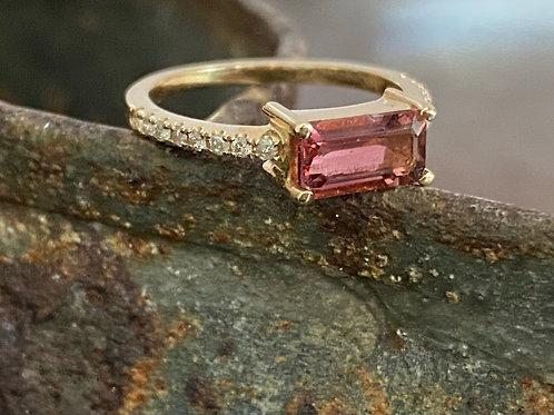 Tourmaline, diamonds and gold ring