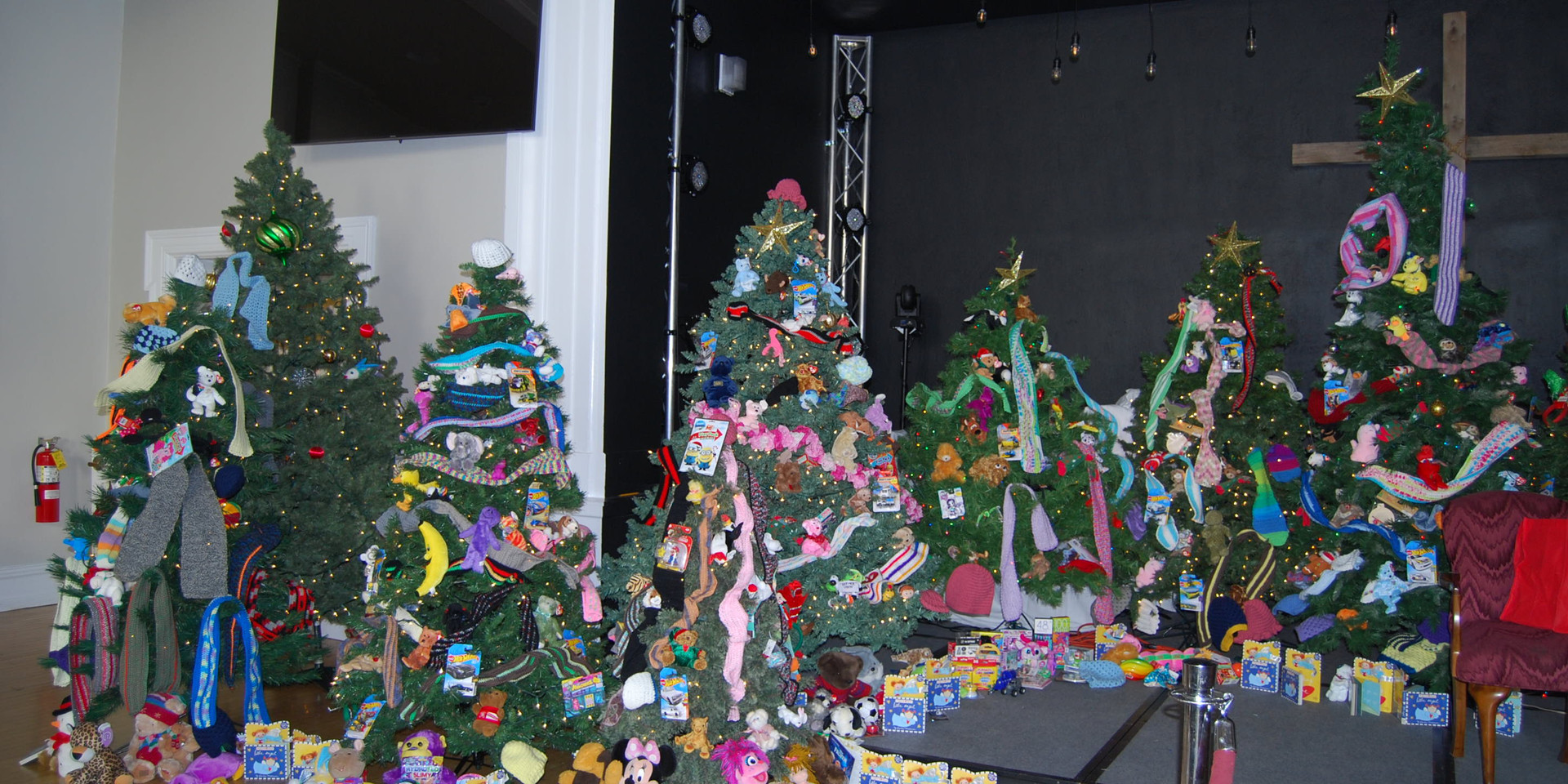 Thank you to everyone who spent months knitting scarfs and hats for the trees...every child got to pick one. Special thank you to Mary Lou Hutchinson who made close to 100 scarfs! A knitting group at the Highlands donated scarfs for the first time this year.
