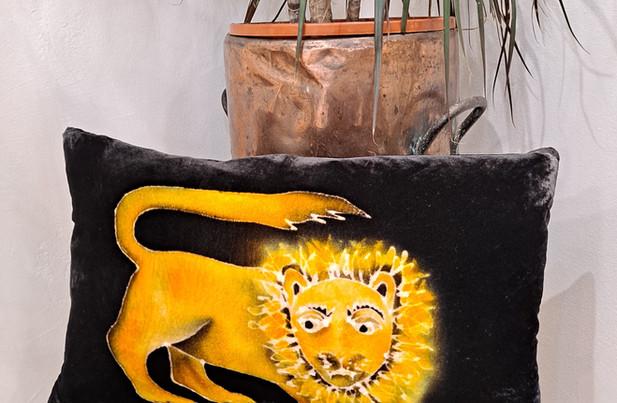 "Parker and arrol - Cushion 20x12"" brown lion"
