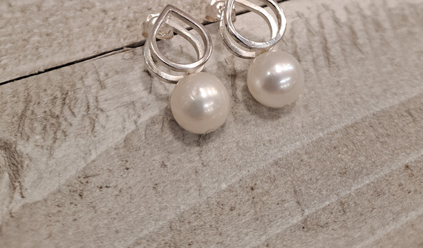 Caroline Draper - Cocoraj earrings lotus links with freshwater pearls