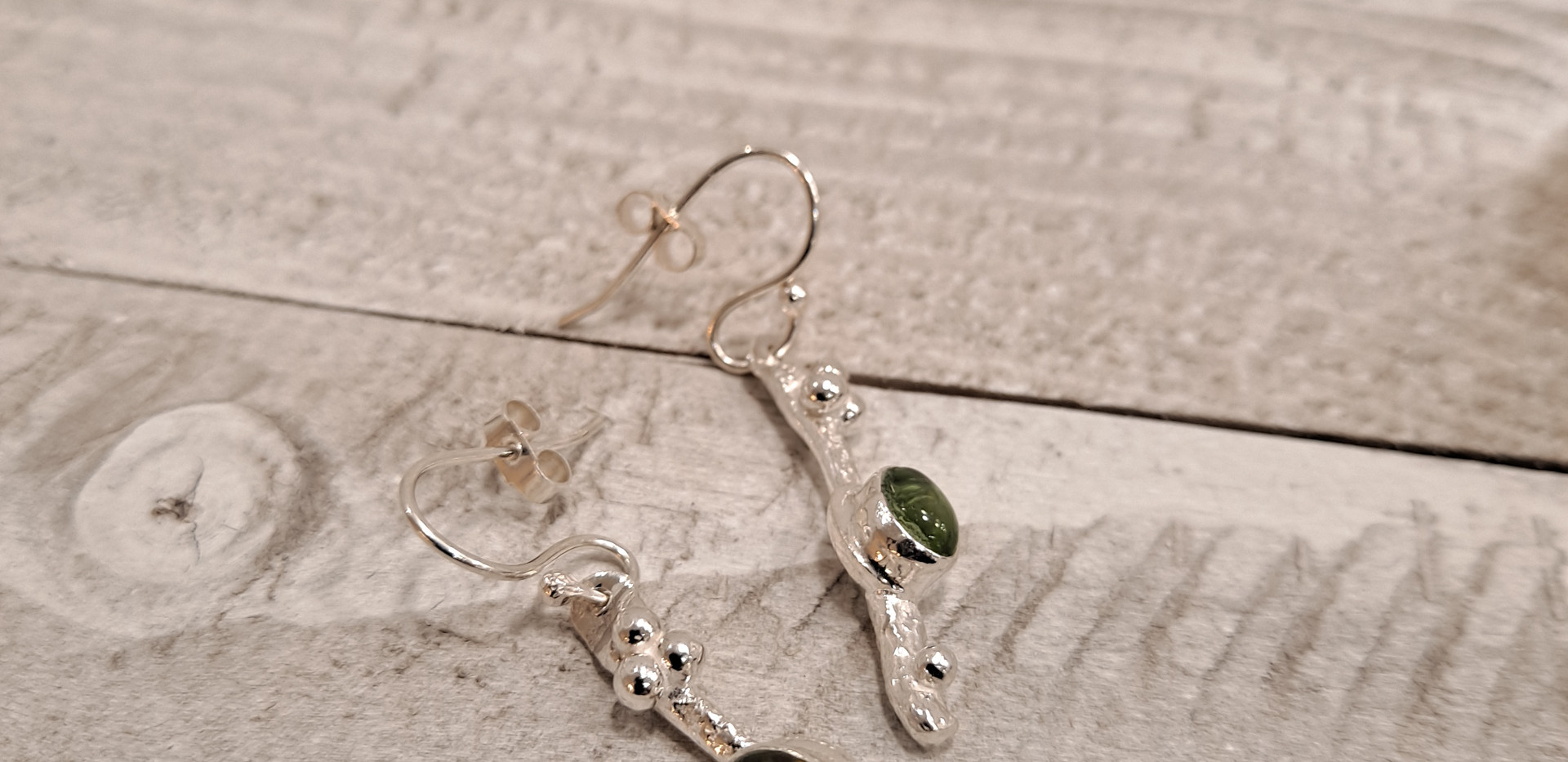 Sally Ratcliffe - Drop pebble earrings with silver decoration peridot