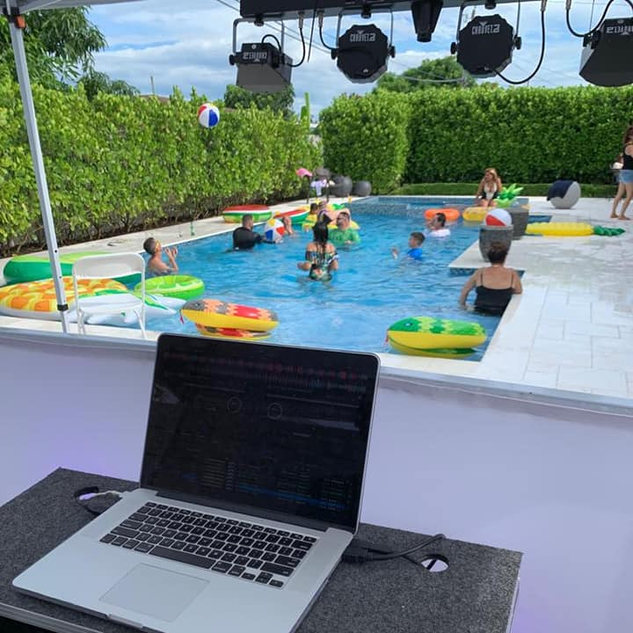 DJ in Miami, Pool Party