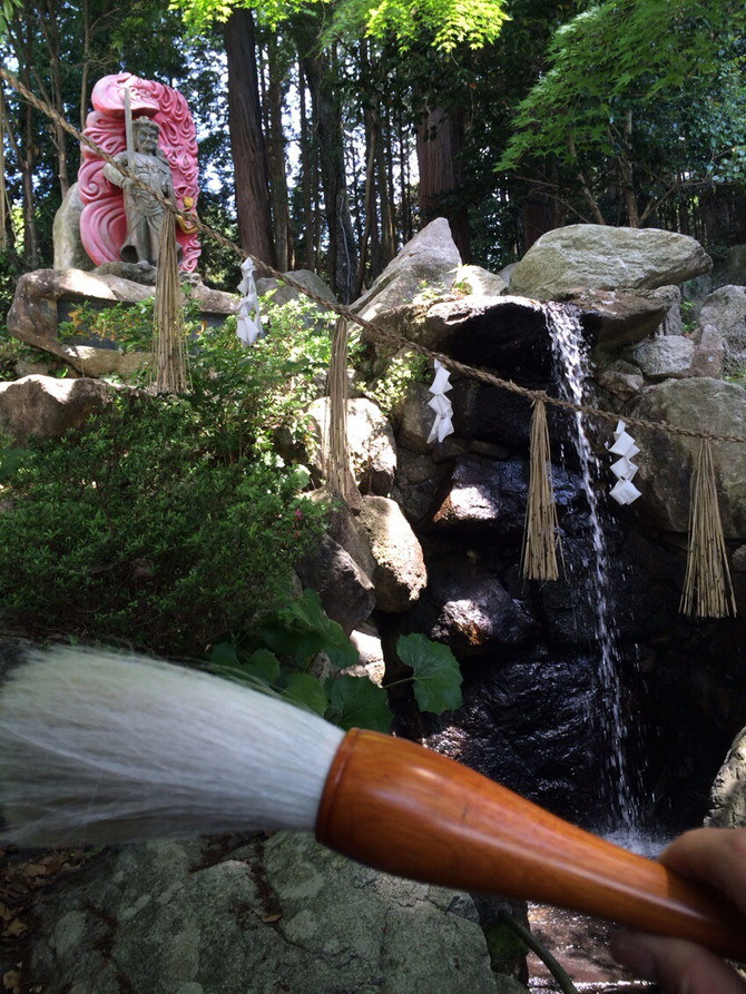 滝にうたれ身を清める