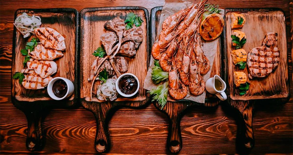 Мясо на углях и сосновых шишках