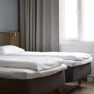 standard-twin-room-bed-window-comfort-ho