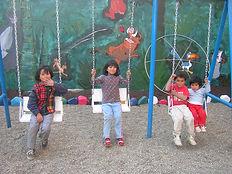 Turmany+® ni+¦os jugando en el patio.JPG