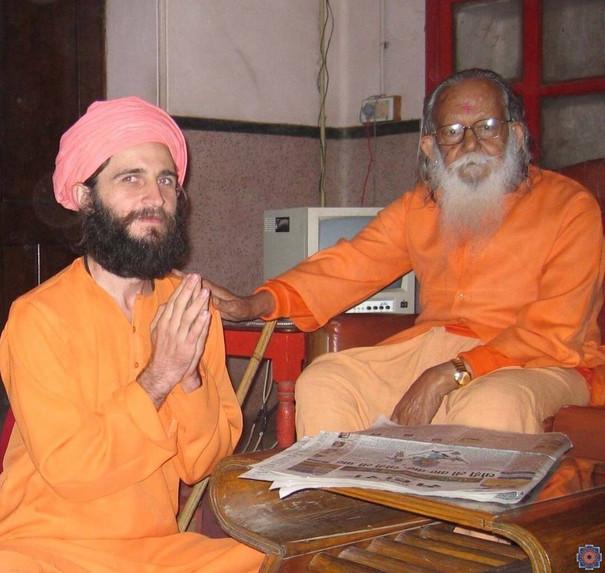 На даршане у Маханта Аведьянатха, 2004 год