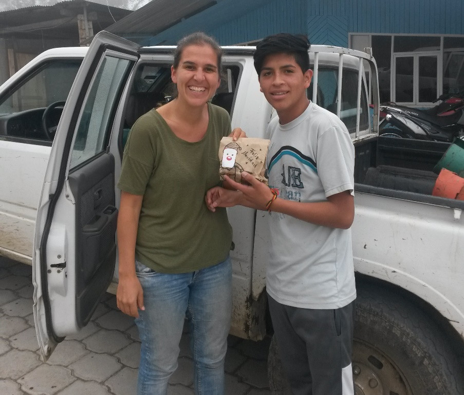 Handing out the cookies to the kids in Las Tolas
