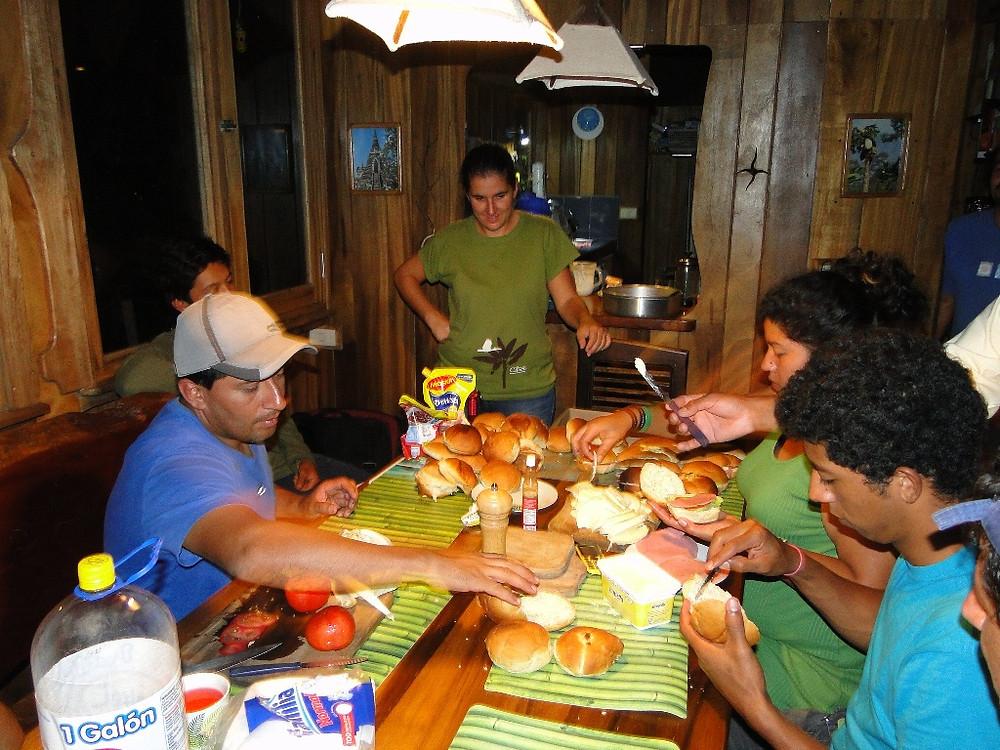 CBC Un poco del Chocó-preparing box lunches