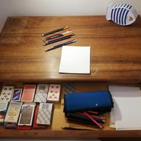Cartes à jouer et crayons de couleur