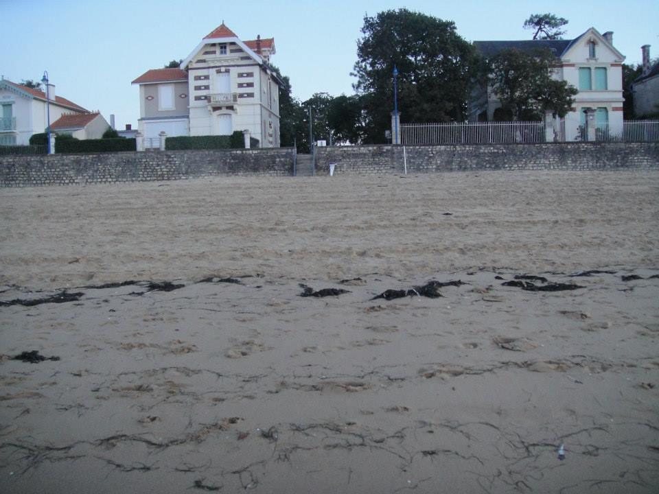 La rue vue de la plage