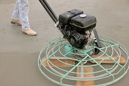 לאחר יציקת רצפת בטון מחליקים בעזרת הליקופטר