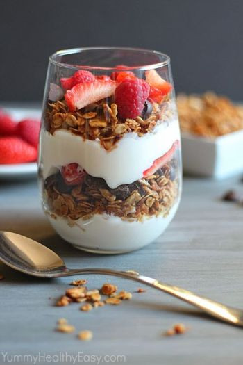 Healthy Homemade Granola Parfait from Yummy Healthy Easy + 9 other amazing breakfast parfaits on Rainbow Delicious: