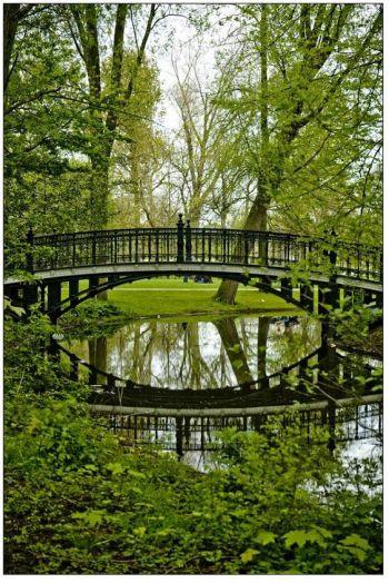 Le Vondel Park a été conçu en 1864 dans un style anglais. Certains soirs d'été, des concerts gratuits et des pièces de théâtre en plein air y sont organisés. I Erasmusez-vous à Amsterdam https://www.facebook.com/ma.caisse.epargne.normandie#!/ma.caisse.epargne.normandie/app_159166830947571: