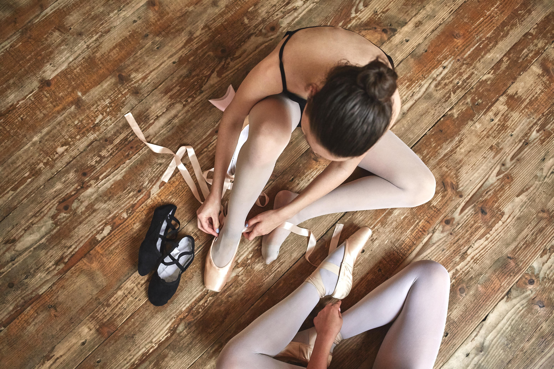 Les filles lacer leurs chaussures de ballet