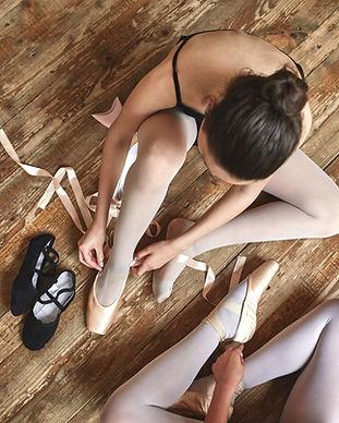 Flickor Snörning sina balettskor