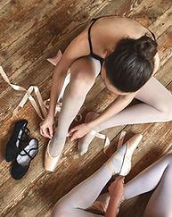 Mädchen schnürt sich herauf ihre Ballett