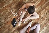 Meninas Atadura acima Seus Ballet Shoes