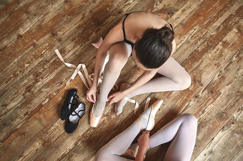 Niñas Atadura encima de sus zapatos de b