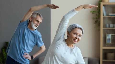 5 opções de exercícios para idosos praticarem em casa